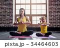 ヨガ 瞑想する おかあさんの写真 34464603