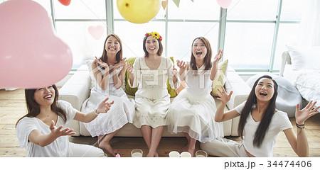 ベビーシャワーを楽しむ女性 34474406