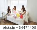 女性 ベッド パーティの写真 34474408