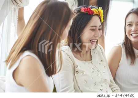 ベビーシャワーを楽しむ女性 34474430
