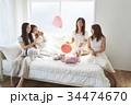 女性 ベッド パーティの写真 34474670