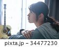 ギターと女性 34477230
