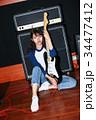 ギターと女性 34477412