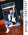 ギターと女性 34477437