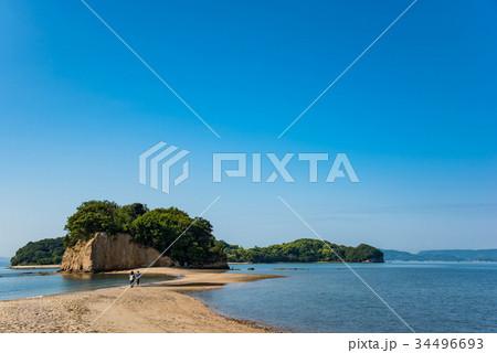 小豆島 潮の満ちてきたエンジェルロード 歩くカップル 34496693