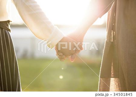 手をつなぐ母娘 34501845