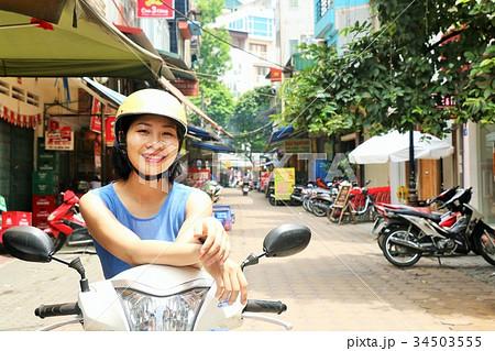 ベトナム ハノイの女性とバイク