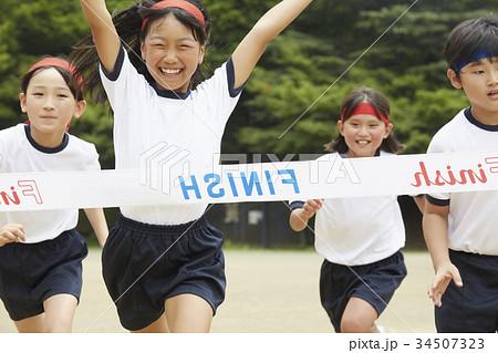 運動会で走る小学生 34507323