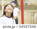 運動会で玉入れをする小学生 34507346