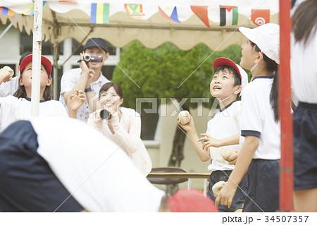 運動会で玉入れをする小学生 34507357