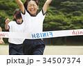 運動会で走る小学生 34507374