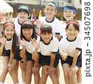 運動会に参加する小学生 34507698
