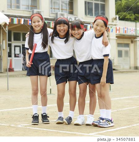 運動会に参加する小学生 34507881