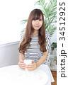 カフェの若い女性 34512925
