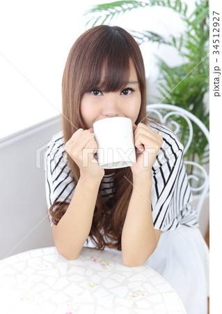 カフェの若い女性 34512927