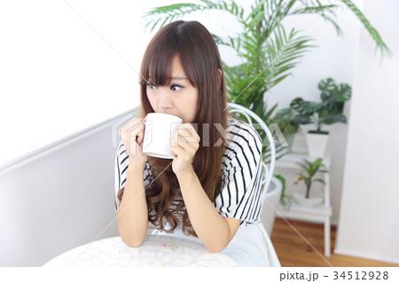 カフェの若い女性 34512928