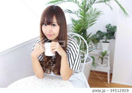 カフェの若い女性 34512929