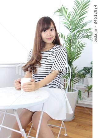 カフェの若い女性 34512934