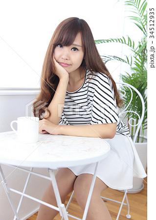 カフェの若い女性 34512935