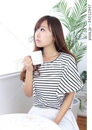 カフェの若い女性 34512947