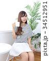 カフェの若い女性 34512951