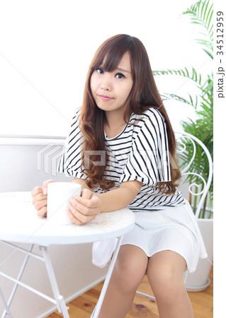 カフェの若い女性 34512959