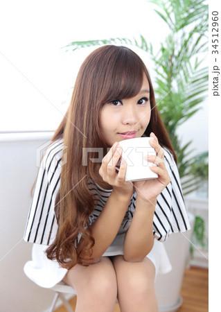 カフェの若い女性 34512960
