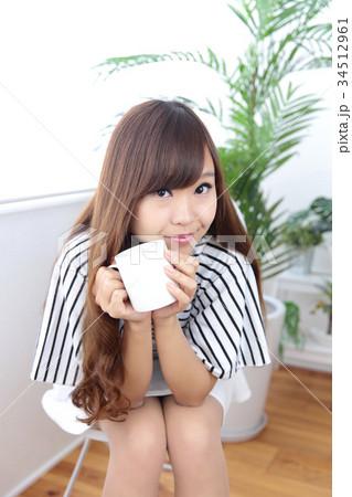 カフェの若い女性 34512961