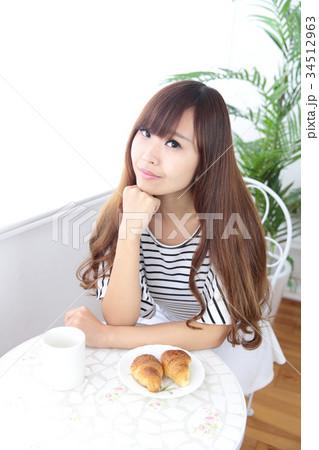 カフェの若い女性 34512963