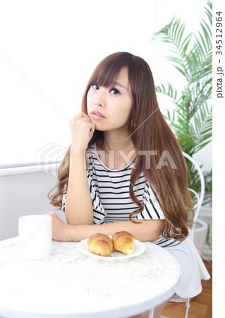 カフェの若い女性 34512964