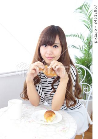カフェの若い女性 34512967