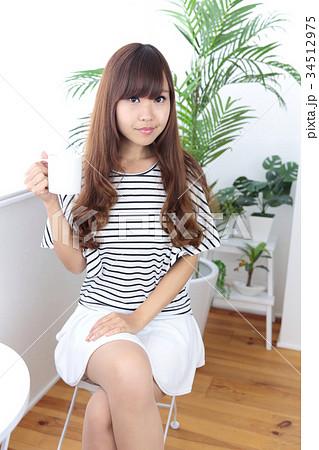 カフェの若い女性 34512975