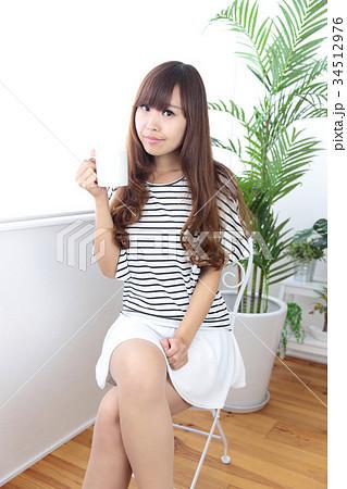 カフェの若い女性 34512976
