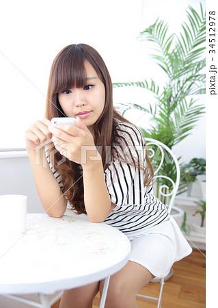 カフェの若い女性 34512978