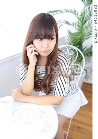 カフェの若い女性 34512983