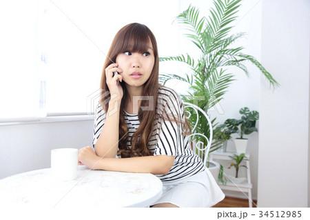 カフェの若い女性 34512985