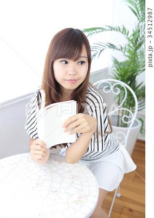 カフェの若い女性 34512987