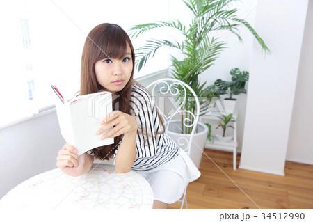 カフェの若い女性 34512990