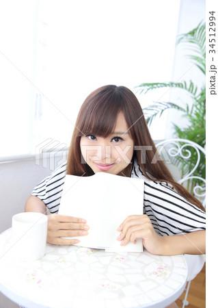 カフェの若い女性 34512994
