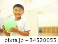 ボールで遊ぶ子供 34520055