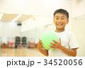 ボールで遊ぶ子供 34520056