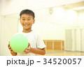 ボールで遊ぶ子供 34520057