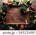 クリスマスツリーとブラウン系のオーナメントと錆びたトレー 34522495
