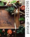 クリスマスツリーとブラウン系のオーナメントと錆びたトレー 34522496