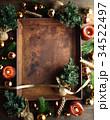 クリスマスツリーとブラウン系のオーナメントと錆びたトレー 34522497