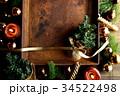 クリスマスツリーとブラウン系のオーナメントと錆びたトレー 34522498