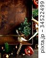 クリスマスツリーとブラウン系のオーナメントと錆びたトレー 34522499