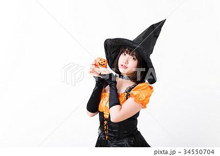 ハロウィンで魔女のコスプレをする女の子 34550704
