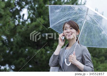 ビニール傘をさすビジネスウーマン 34552857