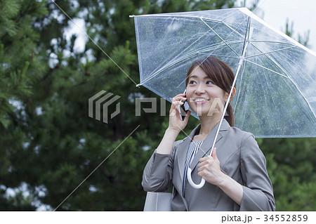 ビニール傘をさすビジネスウーマン 34552859